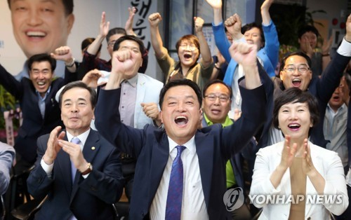해운대을 보궐선거 윤준호 환호