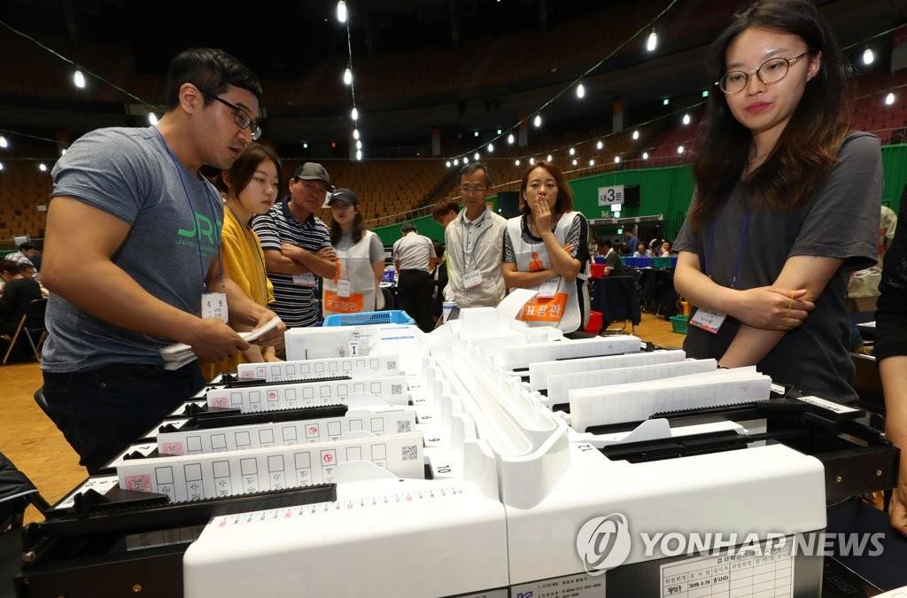 투표용지 분류하는 개표사무원들