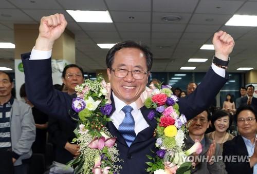 두팔 번쩍 김석준