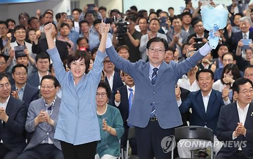 기뻐하는 김경수