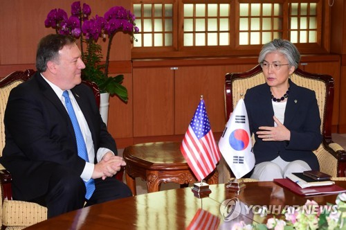 会談する康長官(右)とポンペオ長官=14日、ソウル(聯合ニュース)