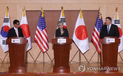 共同記者会見を行う(左から)河野氏、韓国の康京和外交部長官、ポンペオ米国務長官=14日、ソウル(聯合ニュース)