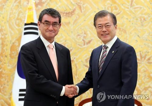 고노 다로 일본 외무상과 악수하는 문 대통령