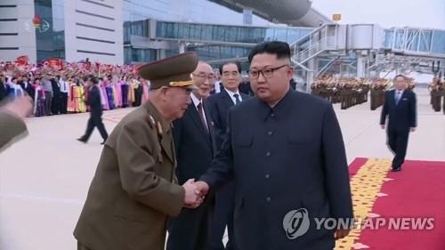 두손으로 北김정은과 악수하는 리명수 북한군 차수