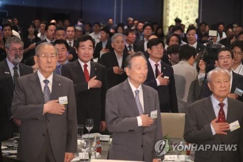 6.15 남북정상회담 기념식에서 국기에 경례하는 이낙연 총리