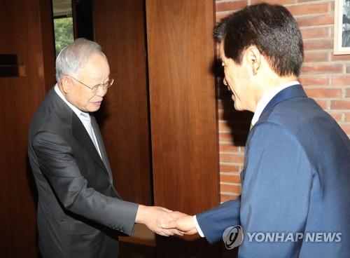 악수하는 손경식 경총 회장과 송영중  부회장