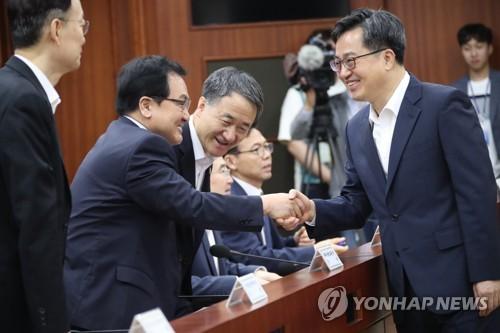 유영민 장관과 악수하는 김동연 부총리
