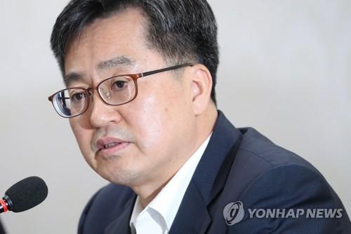 심각한 김동연 부총리