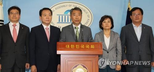 """한국당 초선들 """"'보수실패 책임' 중진들 정계 떠나라"""""""