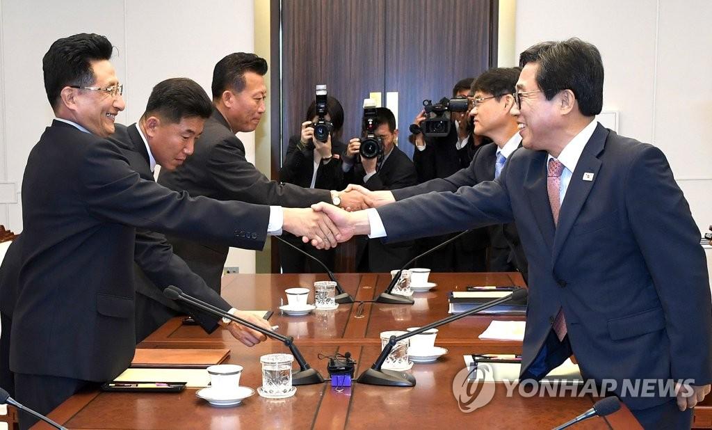 악수하는 남북 [연합뉴스 자료 사진]