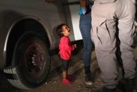 '이 아이의 울음을 멈추게 하라' 수백만 울린 美국경사진