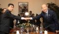 韩朝红十字会会谈双方代表握手