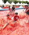 トマトのプールに歓声