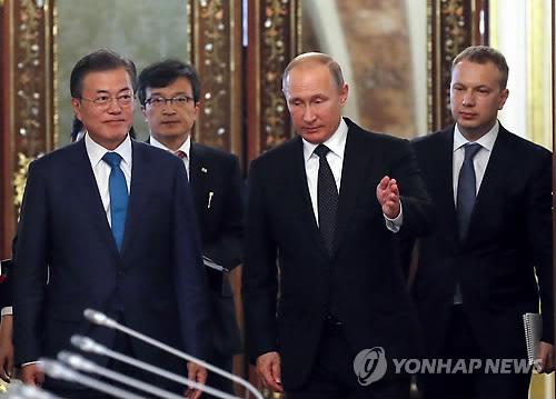 """푸틴, 문대통령 동방경제포럼 초청…문대통령 """"빨리 답 주겠다"""""""
