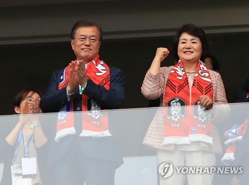 当地时间6月23日,在罗斯托夫竞技场,2018世界杯F组第二轮韩国队对阵墨西哥。正在俄罗斯访问的韩国总统文在寅(左)和夫人金正淑女士赴现场为太极军团加油助威。(韩联社)