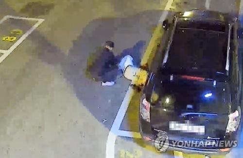 잠든 취객 가방 훔쳐 달아나다 CCTV에 '딱' 걸려