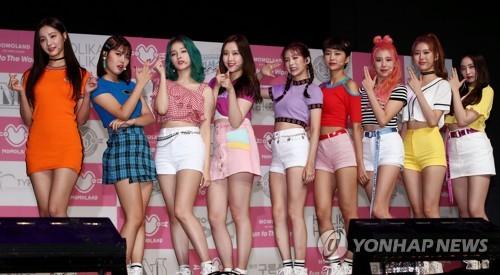 6月26日下午,在首尔市龙山区BLUE SQUARE,MOMOLAND在新专辑抢听会上摆姿势供媒体拍照。(韩联社)