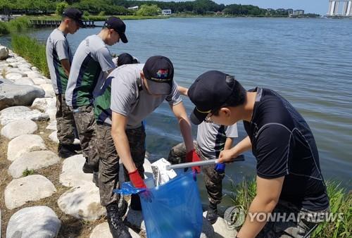 동해안 석호 살리기에 나선 육군 23사단 [연합뉴스 자료사진]