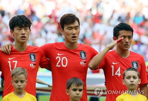 This file photo taken on June 27, 2018, shows South Korean football defender Jang Hyun-soo (C) singing the national anthem ahead of the FIFA World Cup Group F match between South Korea and Germany at Kazan Arena in Kazan, Russia. (Yonhap)