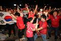 فرحة المشجعين في ميدان كوانغهوامون في سيئول