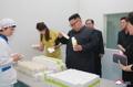 El líder norcoreano visita una fábrica de cosméticos