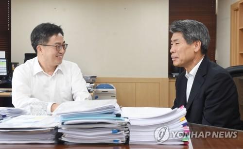 김동연 부총리, 윤종원 경제수석과 면담