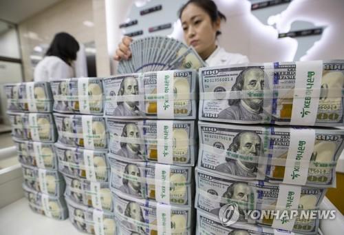 ドル紙幣を数える銀行員(資料写真)=(聯合ニュース)
