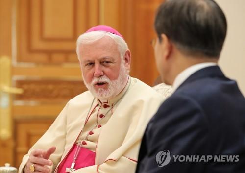 프란치스코 교황의 메시지 전달하는 갤러거 교황청 외무장관