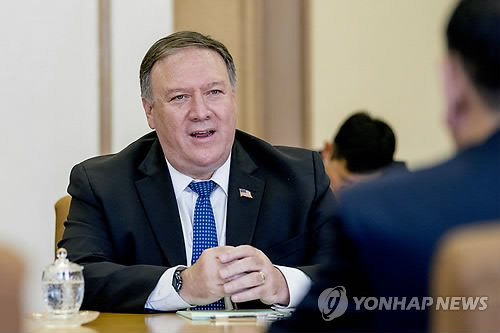 7月7日,在朝鲜平壤,蓬佩奥与朝鲜劳动党中央委员会副委员长兼统一战线部部长金英哲交谈。(韩联社/美联社)