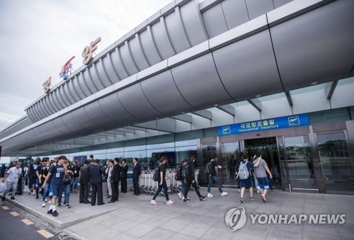 귀환하는 남북통일농구 대표단