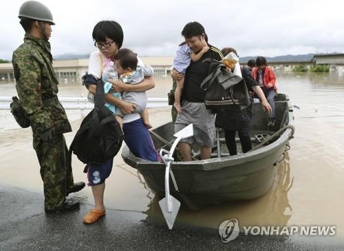 폭우 피해 지원하는 자위대원