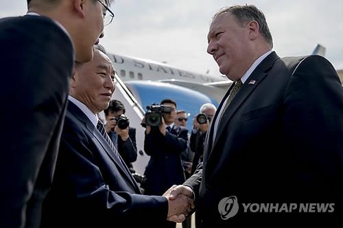 순안공항서 작별 인사하는 폼페이오와 김영철
