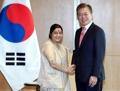 Moon et la chef de la diplomatie indienne