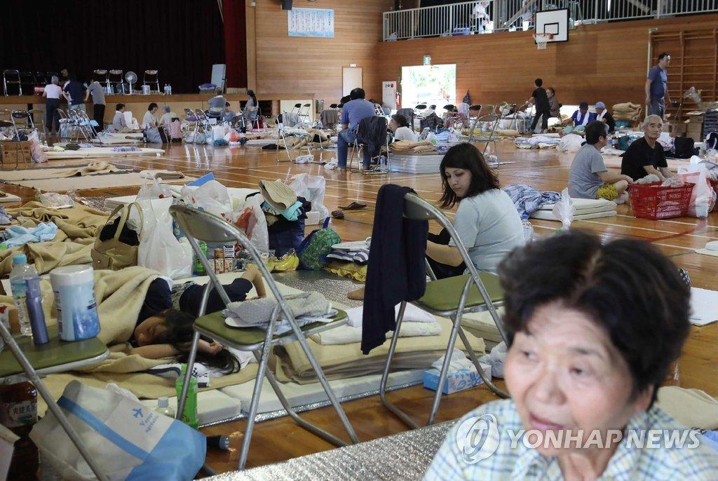 일본 서부지역 폭우로 대피한 이재민들