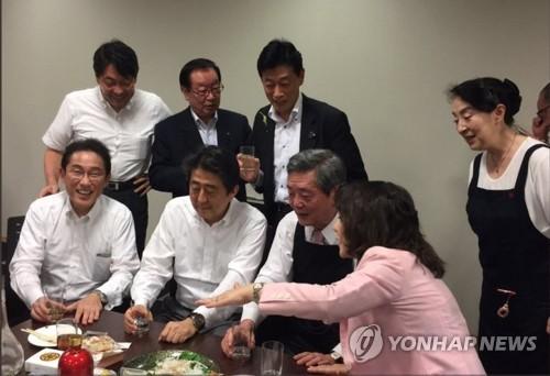 아베 총리, 폭우 중 여당 의원들과 술자리