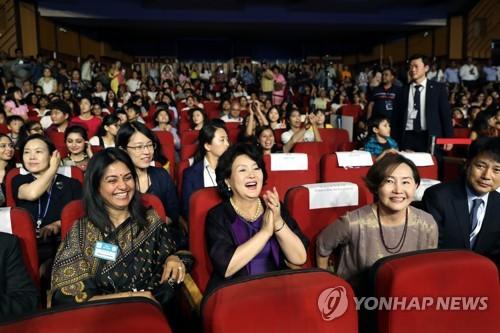 김정숙 여사, 인도 K팝 경연장서 노래 맞춰 율동(종합)