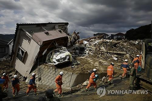 구조나서는 소방대원 [교도=연합뉴스 자료사진]