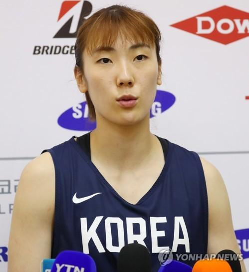 인터뷰하는 박혜진