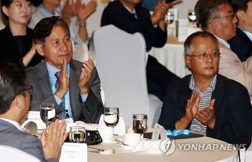 Actor Ahn Sung-ki with Korean language teachers abroad