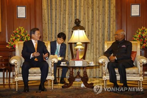 当地时间7日下午,在印度新德里,文在寅(左)与科温德举行会晤。(韩联社)