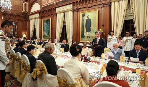 当地时间7月10日晚,在印度新德里,文在寅出席国宾晚宴并致辞。(韩联社)