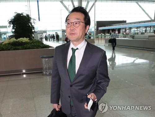 仁川空港を出発する李度勲本部長=11日、仁川(聯合ニュース)