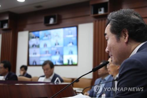 会議で発言する李洛淵首相=11日、ソウル(聯合ニュース)