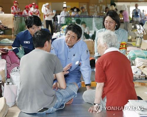 아베 일본 총리, 폭우 피해지 첫 방문