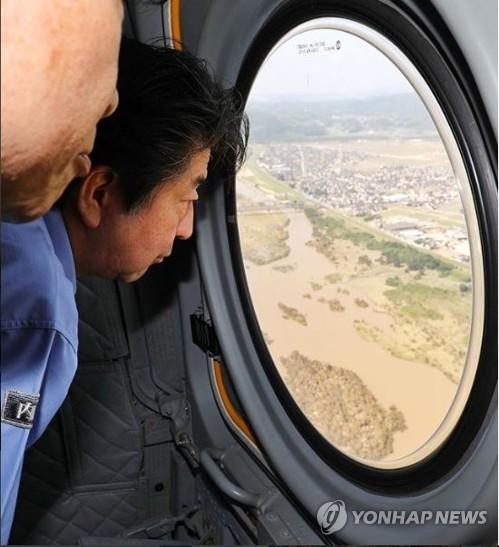 헬기서 폭우 피해지역 내려다보는 아베 일본 총리