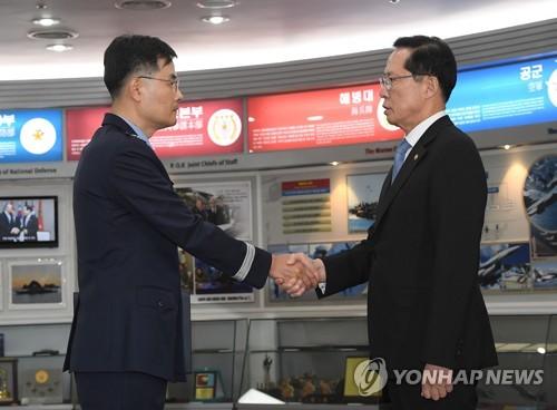 '기무사 특별수사단장' 임명장 수여하는 송영무 장관