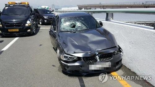 김해공항 BMW 질주사고 영상 공개…피해자 이틀째 의식없어