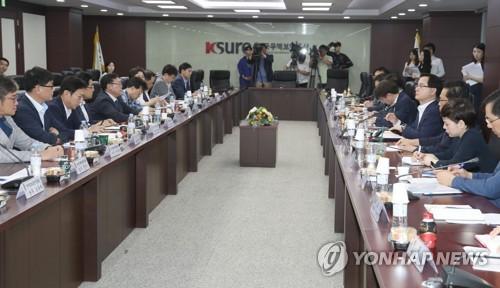 7月12日,在首尔贸易保险公社,韩国产业通商资源部开会讨论中美贸易冲突升级带给韩国的影响。图为会议现场。(韩联社)