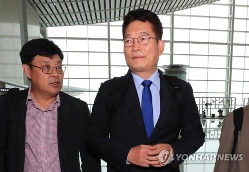 出国する宋永吉氏。13日に北朝鮮入りする予定だ=12日、仁川(聯合ニュース)