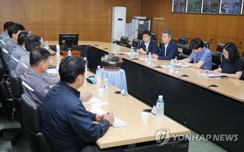 '노동시간 단축 관련' 철강업체 방문한 이인호 차관